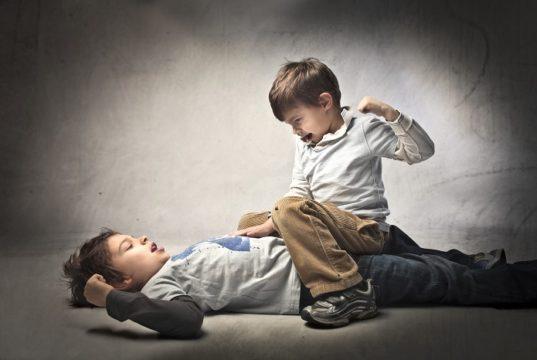 Cuando el niño pega hay que actuar con rapidez. Foto: Shutterstock