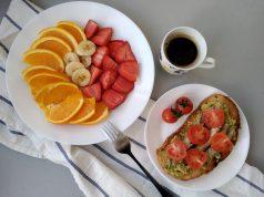 Una tosta de melva con fruta para empezar el día. Foto: Belinda I. Gómez