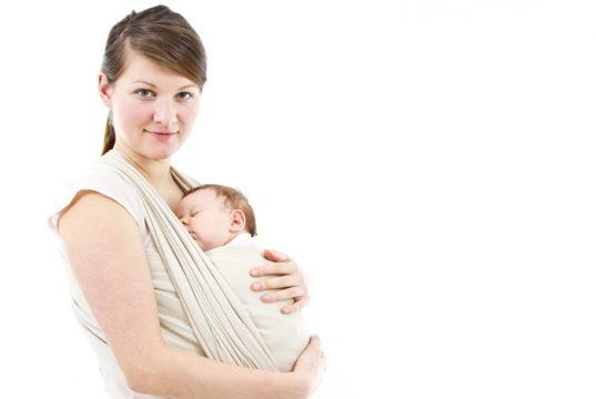 Portear al bebé es bueno para su desarrollo. Foto: Shutterstock.