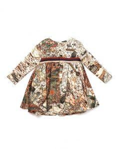 20 años de viaje en un mapa mundi que lleva el vestido Jazmin. En la foto detalle de la parte trasera.