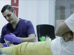 Tratamiento a un diabético por un podólogo. Foto cedida por el CGCOP.